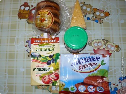 Нам понадобится: булочки для гамбургеров (в одной упаковке-5 штук), майонез, сыр,огурцы(у меня были корнишоны), лососевые бургеры(можно использовать любые стейки). фото 1
