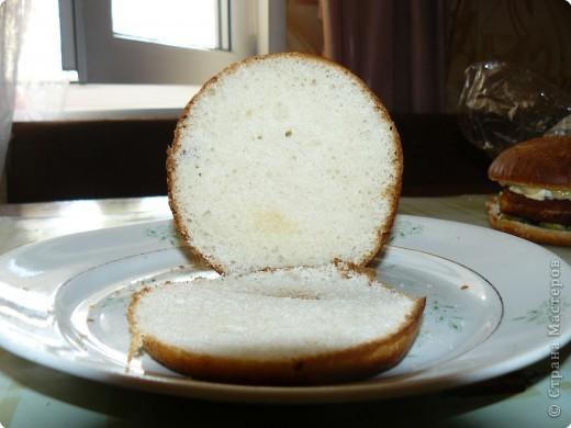 Нам понадобится: булочки для гамбургеров (в одной упаковке-5 штук), майонез, сыр,огурцы(у меня были корнишоны), лососевые бургеры(можно использовать любые стейки). фото 2
