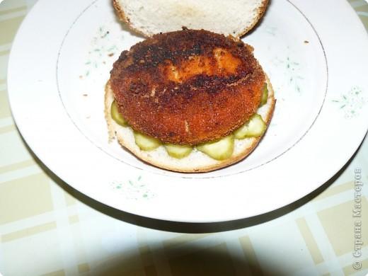 Нам понадобится: булочки для гамбургеров (в одной упаковке-5 штук), майонез, сыр,огурцы(у меня были корнишоны), лососевые бургеры(можно использовать любые стейки). фото 4