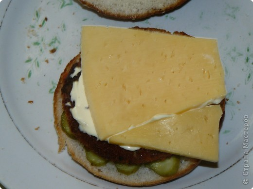 Нам понадобится: булочки для гамбургеров (в одной упаковке-5 штук), майонез, сыр,огурцы(у меня были корнишоны), лососевые бургеры(можно использовать любые стейки). фото 6