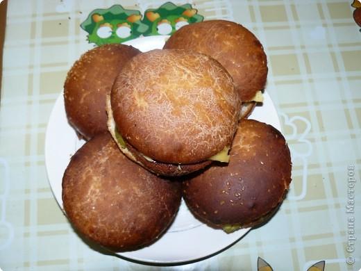 Нам понадобится: булочки для гамбургеров (в одной упаковке-5 штук), майонез, сыр,огурцы(у меня были корнишоны), лососевые бургеры(можно использовать любые стейки). фото 8
