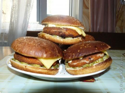 Нам понадобится: булочки для гамбургеров (в одной упаковке-5 штук), майонез, сыр,огурцы(у меня были корнишоны), лососевые бургеры(можно использовать любые стейки). фото 9