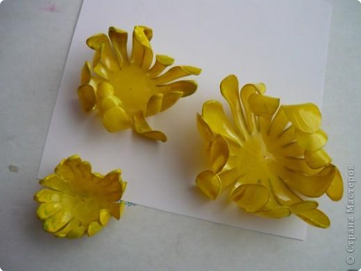 Вот такие цветочки сделала на днях из пластиковых бутылок. фото 9