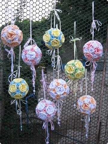 """Вот такими кусудамками украшала двор к свадьбе дочери, сделала 17 штук. Я вешала их на лозу винограда, очень красиво получилось.  Это все что осталось, гости просили подарить такие """"шарики"""" на память о свадьбе. фото 1"""