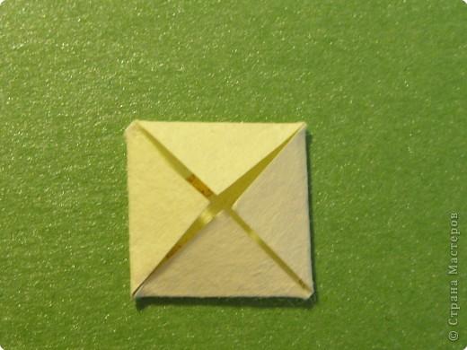 На цветочек я взяла квадрат стороной 5см, но ландыш получился большой, поэтому лучше выбрать сторону поменьше, например 4-3см, но для этого нужна тоненькая белая бумага фото 23