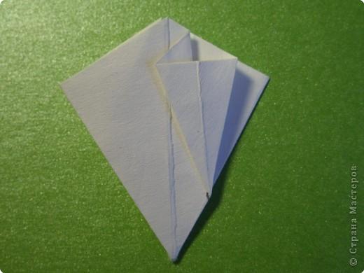 На цветочек я взяла квадрат стороной 5см, но ландыш получился большой, поэтому лучше выбрать сторону поменьше, например 4-3см, но для этого нужна тоненькая белая бумага фото 11