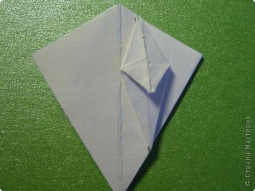 На цветочек я взяла квадрат стороной 5см, но ландыш получился большой, поэтому лучше выбрать сторону поменьше, например 4-3см, но для этого нужна тоненькая белая бумага фото 14