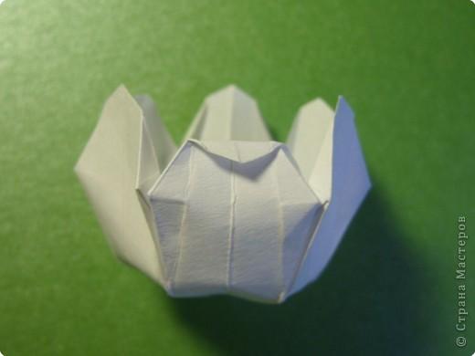 На цветочек я взяла квадрат стороной 5см, но ландыш получился большой, поэтому лучше выбрать сторону поменьше, например 4-3см, но для этого нужна тоненькая белая бумага фото 19