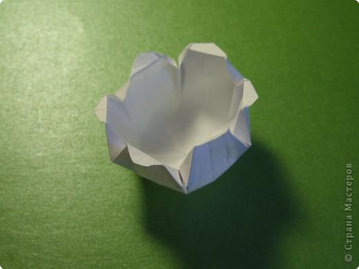 На цветочек я взяла квадрат стороной 5см, но ландыш получился большой, поэтому лучше выбрать сторону поменьше, например 4-3см, но для этого нужна тоненькая белая бумага фото 20
