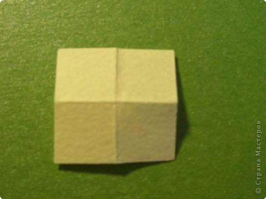 На цветочек я взяла квадрат стороной 5см, но ландыш получился большой, поэтому лучше выбрать сторону поменьше, например 4-3см, но для этого нужна тоненькая белая бумага фото 21