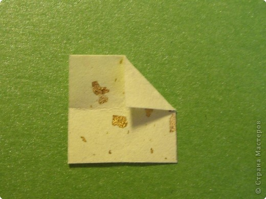 На цветочек я взяла квадрат стороной 5см, но ландыш получился большой, поэтому лучше выбрать сторону поменьше, например 4-3см, но для этого нужна тоненькая белая бумага фото 22