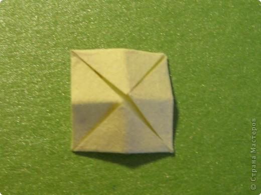 На цветочек я взяла квадрат стороной 5см, но ландыш получился большой, поэтому лучше выбрать сторону поменьше, например 4-3см, но для этого нужна тоненькая белая бумага фото 25