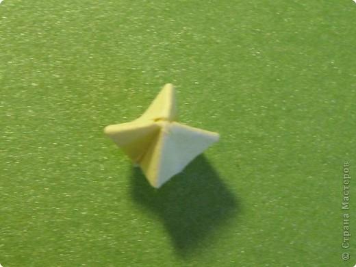 На цветочек я взяла квадрат стороной 5см, но ландыш получился большой, поэтому лучше выбрать сторону поменьше, например 4-3см, но для этого нужна тоненькая белая бумага фото 27