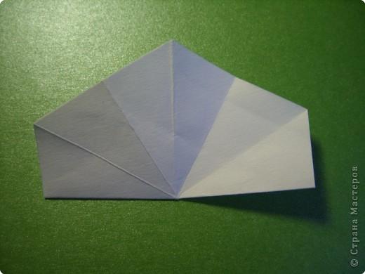 На цветочек я взяла квадрат стороной 5см, но ландыш получился большой, поэтому лучше выбрать сторону поменьше, например 4-3см, но для этого нужна тоненькая белая бумага фото 3