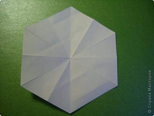 На цветочек я взяла квадрат стороной 5см, но ландыш получился большой, поэтому лучше выбрать сторону поменьше, например 4-3см, но для этого нужна тоненькая белая бумага фото 4