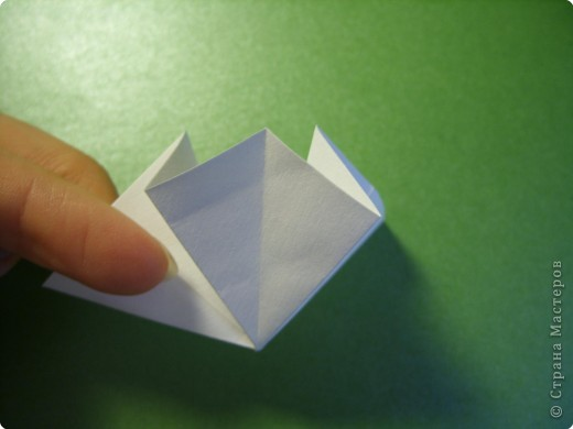 На цветочек я взяла квадрат стороной 5см, но ландыш получился большой, поэтому лучше выбрать сторону поменьше, например 4-3см, но для этого нужна тоненькая белая бумага фото 5