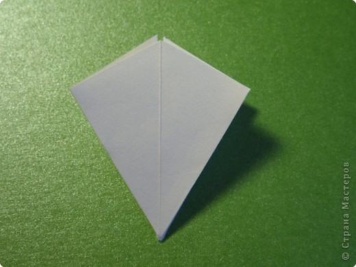 На цветочек я взяла квадрат стороной 5см, но ландыш получился большой, поэтому лучше выбрать сторону поменьше, например 4-3см, но для этого нужна тоненькая белая бумага фото 6