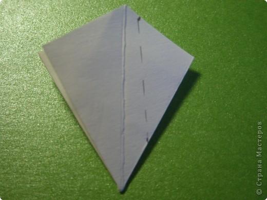 На цветочек я взяла квадрат стороной 5см, но ландыш получился большой, поэтому лучше выбрать сторону поменьше, например 4-3см, но для этого нужна тоненькая белая бумага фото 7