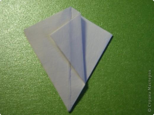 На цветочек я взяла квадрат стороной 5см, но ландыш получился большой, поэтому лучше выбрать сторону поменьше, например 4-3см, но для этого нужна тоненькая белая бумага фото 8