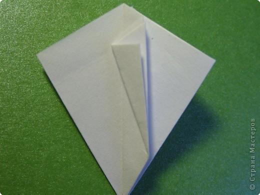 На цветочек я взяла квадрат стороной 5см, но ландыш получился большой, поэтому лучше выбрать сторону поменьше, например 4-3см, но для этого нужна тоненькая белая бумага фото 9
