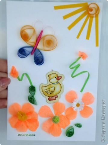 """А это уже наша совместная работа с сыном. Я делала торт и ему надо было помогать, поэтому я скрутила ему """"пимпочки"""" для серединок цветов, вырезала лепестки и дала клей - получились вот такие цветы.  Когда сделала себе бабочек, то и Алеше захотелось, так над цветами полетела бабочка.  Солнышко получилось из скрученной в спиральку полоски.  Утенок - оторвался от магнита и тоже нашел свое место на полянке."""