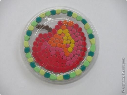 Мозаика из пластилиновых шариков. Крышечка из-под йогурта. Прямое изображение. фото 2
