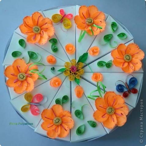 """Вчера у моей начальницы был юбилей и, в честь такого знаменательного дня, я приготовила вот такой тортик.  Первоначально планировалось в каждый кусочек вложить короткие поздравления юбилярше, но не получилось... И мы просто на каждой стороне кусочка ярким маркером написали свои пожелания (счастья, удачи, любви, и т.д - всего 24), получился своеобразный """"торт пожеланий""""! А вдохновил меня """"Торт с сюрпризом"""" от Anjuta https://stranamasterov.ru/node/25622 фото 7"""