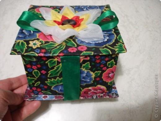 Вот такую шкатулку я сделала из картона и материала. фото 1