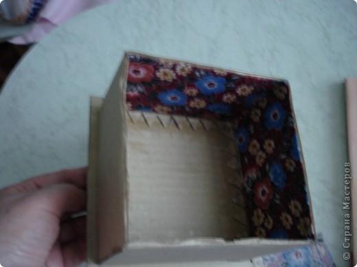 Вот такую шкатулку я сделала из картона и материала. фото 3