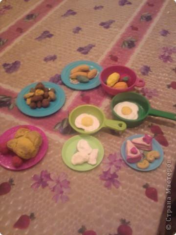 Вот такую еду для кукол мы делали с малышами из соленого теста.