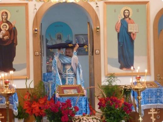 Вынос отцом Александром проводившем службу плащаницы из Алтаря.