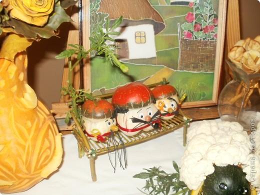 Розы сделаны из кленовых листьев, а ваза и хрюня из кабака фото 5