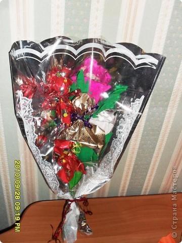 Мы с дочерью решили поздравить учителей не традиционными букетами цветов и конфетами, а вот такими букетиками из конфет. фото 9