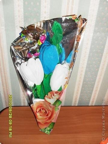 Мы с дочерью решили поздравить учителей не традиционными букетами цветов и конфетами, а вот такими букетиками из конфет. фото 7