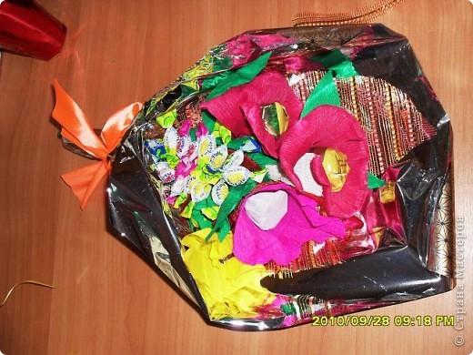 Мы с дочерью решили поздравить учителей не традиционными букетами цветов и конфетами, а вот такими букетиками из конфет. фото 10