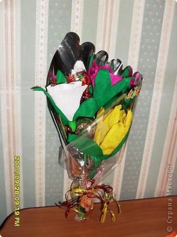 Мы с дочерью решили поздравить учителей не традиционными букетами цветов и конфетами, а вот такими букетиками из конфет. фото 5