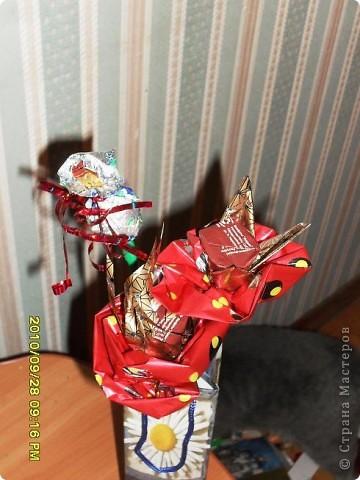 Мы с дочерью решили поздравить учителей не традиционными букетами цветов и конфетами, а вот такими букетиками из конфет. фото 13