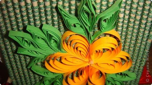 """Для салфетницы использовала шпажки, нить, кусочек картона для донышка и цветок, выполненный в технике """"квилинг""""."""