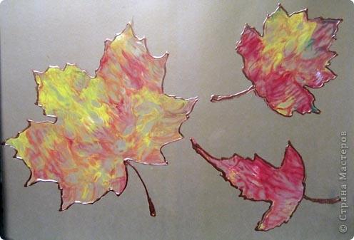 """Делали с сыном картины с помощью отпечатков листьев. Использовали пальчиковые краски, поскольку только они у нас в жидком состоянии оказались. """"Печатали"""" на глянцевом картоне. Из-за этого отпечатки получились необычными - похожими на монотипии. Обвели их контурами. Вот парочка наших осенних картин. :) фото 2"""