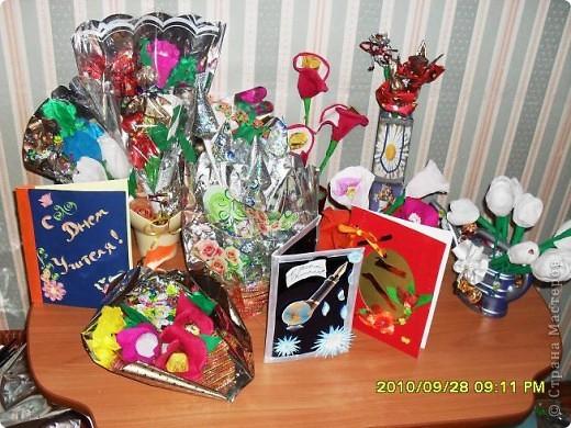 Мы с дочерью решили поздравить учителей не традиционными букетами цветов и конфетами, а вот такими букетиками из конфет. фото 1