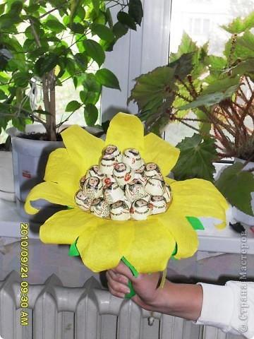 Мы с дочерью решили поздравить учителей не традиционными букетами цветов и конфетами, а вот такими букетиками из конфет. фото 3