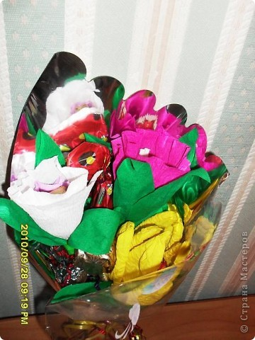 Мы с дочерью решили поздравить учителей не традиционными букетами цветов и конфетами, а вот такими букетиками из конфет. фото 6