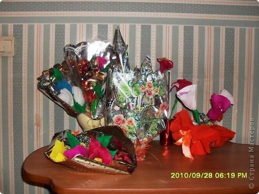 Мы с дочерью решили поздравить учителей не традиционными букетами цветов и конфетами, а вот такими букетиками из конфет. фото 2