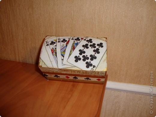Деревянная шкатулка на две колоды карт.Покрашена золотой акриловой краской на фото не передалось. фото 2