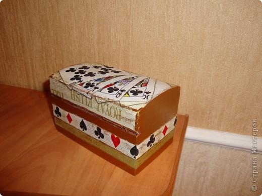 Деревянная шкатулка на две колоды карт.Покрашена золотой акриловой краской на фото не передалось. фото 3