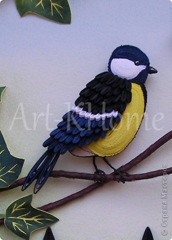 Тоже выставочная работа. Размер 22 на 32 см.  Синичка нарезная, только крылышко, клюв и хвостик сделаны из роллов. Листья - бумагопластика. Фон - пастель. Заходите в мой блог http://www.art-khome.blogspot.com/, там подробно мои работы описаны. фото 2