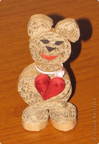 Милая влюбленная медведица :) Мужу понравилось :) Сделана из обычного коробочного картона, детали - квиллинг. фото 2