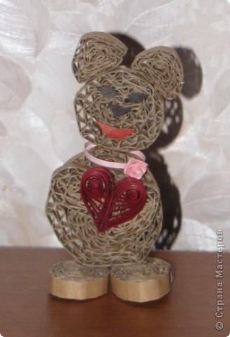 Милая влюбленная медведица :) Мужу понравилось :) Сделана из обычного коробочного картона, детали - квиллинг. фото 1