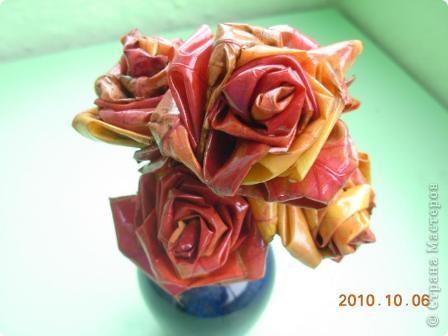 В прошлом году делала такие розы из листьев дикого винограда http://stranamasterov.ru/node/20519, они быстро засохли (очень жалко было). Сейчас я их покрыла акриловым лаком. Посмотрю сколько времени  поживут эти розы.