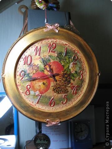 Не давала моя мама мне выкинуть старые при страшные часы и я решила подарить им вторую жизнь))). Это конечный результат, а на втором фото часы в своём старом облике. фото 1
